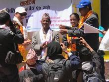 छा-याँ नेपालका प्रतिनिधी गा.पा अध्यक्षलाइ साँचो हस्तान्तरण गर्दै
